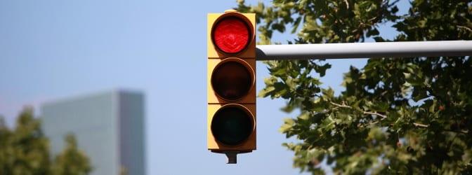 Schon ein Rotlichtverstoß kann Sie den Führerschein kosten. Ersttäter können trotzdem von der 4-Monats-Frist beim Fahrverbot profitieren.