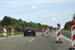 Wer bis zu 60 km/h zu schnell auf der Autobahn zudem an einer Baustelle vorbeifährt, der bekommt noch eine Extra-Sanktion.