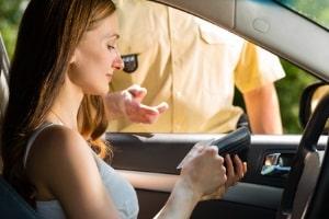 60 km/h zu schnell gefahren? Auch  Fahranfänger müssen bei stark überhöhter Geschwindigkeit ihren Führerschein abgeben.