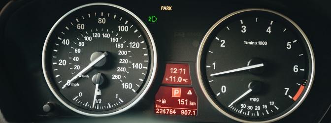 Nicht selten fragen sich Kraftfahrer, ab wie viel km/h außer- oder innerorts ein Fahrverbot droht.
