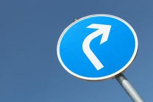 Abbiegen: Dieses Verkehrsschild zeigt an, dass nur nach rechts abgebogen werden darf.