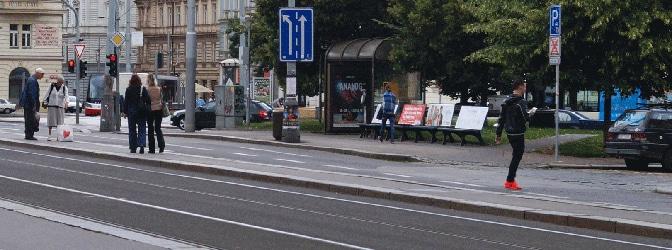 Ein abgesenkter Bordstein signalisiert meist eine Einfahrt oder einen Fußgängerüberweg.