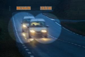 Die Abstandskontrolle auf der Autobahn kann durch Messbeamte bzw. durch die Polizei erfolgen.
