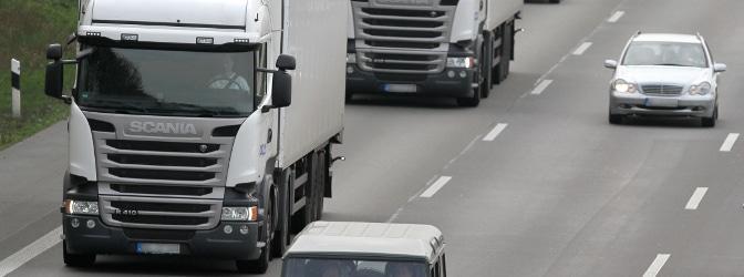 Eine Abstandsunterschreitung zum vorausfahrenden Lkw kann zu schweren Unfällen führen.