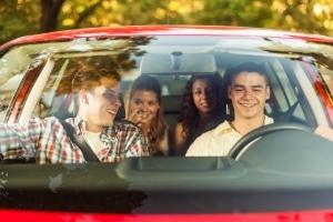 Alkohol trinken: Sowohl am Steuer als auch vor der Fahrt ist dies für Fahranfänger verboten.