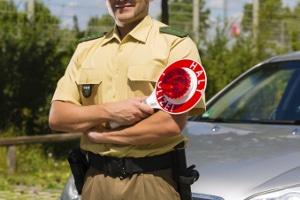 Bei einer Polizeikontrolle wird der Alkoholgehalt per Messgerät über den Atem bestimmt.