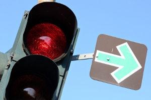 Ampel bei Rot mit Grünpfeil überfahren: Auch hier drohen ungeduldigen Fahrern Sanktionen.