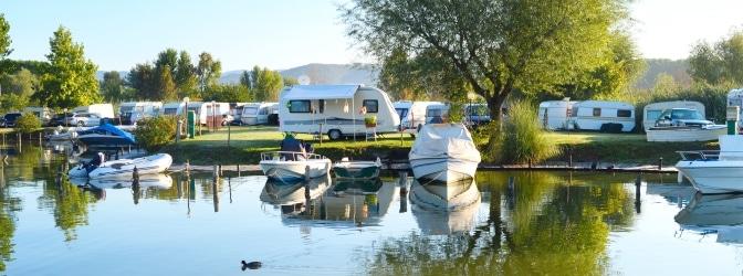 Mit dem Anhängerführerschein kann unbeschwert in den Camping-Urlaub gefahren werden.