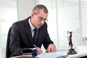 Ein Anwalt kann Sie beraten, wenn Sie Einspruch gegen einen Bußgeldbescheid einlegen möchten.