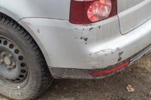 Auto angefahren: Fahrerflucht steht unter Strafe.