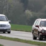 Es ist von großer Wichtigkeit, zum vorausfahrenden Auto einen Sicherheitsabstand einzuhalten.