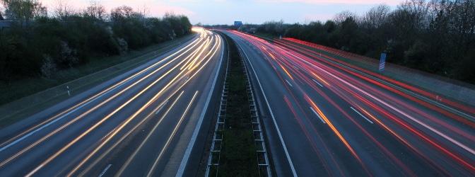 Autobahn: Das für Geschwindigkeitsüberschreitung anfallende Bußgeld gilt allgemein für außerorts