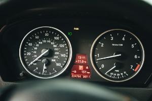 Die angezeigte Geschwindigkeit auf der Tachoanzeige liegt oftmals über der tatsächlichen Geschwindigkeit.