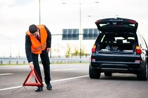 Kam es auf der Autobahn zu einem Unfall, sollten Sie ein Warndreieck aufstellen.