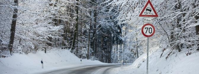 Autofahren bei Glatteis: Hilfreiche Tipps für das Fahren auf spiegelglatten Straße.