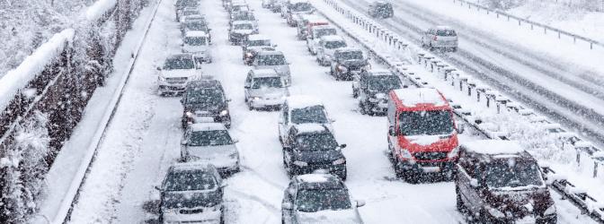 Autofahren bei Schnee kann eine echte Herausforderung werden.