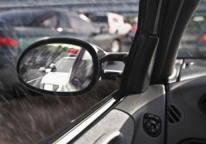 Abblendlicht an und Abstand vergrößern gilt für das Autofahren im Herbst bei Regen!