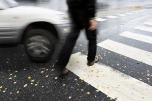 Vergewissern Sie sich, dass die Autos am Fußgängerüberweg halten, bevor Sie die Straße betreten.