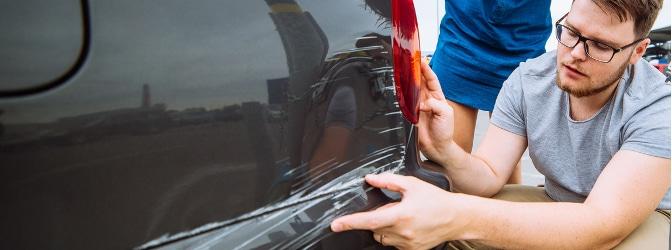 Stießen Sie mit Ihrer Autotür gegen ein anderes Auto, liegt Fahrerflucht vor, wenn Sie danach einfach wegfahren.