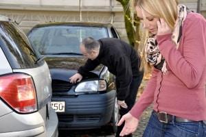 Nach dem Autounfall erfolgt die Schadensmeldung - auch, wenn Sie evtl. keine Schuld tragen.
