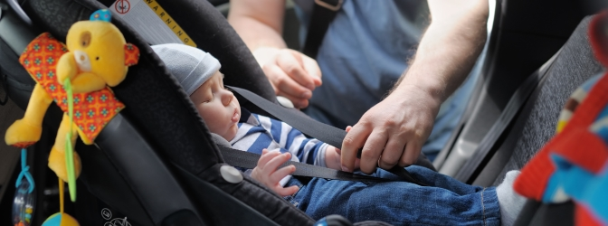 Baby an Bord! Im Auto ist die Babyschale für Neugeborene in der Regel Pflicht.
