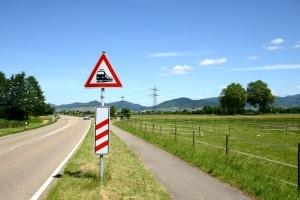 Auch die Baken vor einem Bahnübergang gehören zu den Gefahrenzeichen.