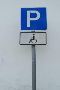 Einen Behindertenparkplatz erkennen Sie an verschiedenen Merkmalen. Hierzu zählt auch die Beschilderung.