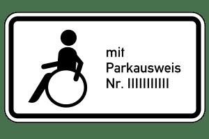 Einen Behindertenparkplatz können Sie auch als Privatperson beantragen. Das Zusatzschild enthält die Nummer Ihres Ausweises.