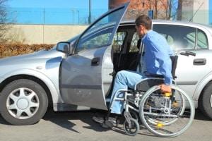 Auf einem Behindertenparkplatz dürfen Rollstuhlfahrer parken, die den geforderten Parkausweis besitzen und diesen sichtbar im Frontscheibenbreich auslegen.