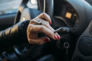 Personen, die bekifft mit dem Auto fahren, riskieren unter anderem durch hohe THC-Werte einen Fahrerlaubnisentzug.