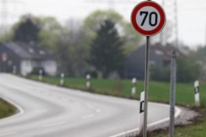 Blitzer aufstellen: Es darf nicht direkt hinter einem Geschwindigkeitsschild geblitzt werden.