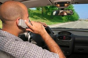 Auch unabhängig vom Blitzer: Mit dem Handy in der Hand zu fahren ist verboten.
