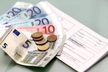 Bis zu 35 Euro Bußgeld werden für Parken auf dem Gehweg fällig.