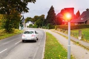 Bussgeldbescheid aus der Schweiz: Wer von hinten geblitzt wird, muss oft nicht mit einer Vollstreckung rechnen.