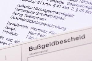 Bußgeldbescheid erhalten: Das Bussgeld aus der Schweiz nicht zu bezahlen, kann Konsequenzen haben.