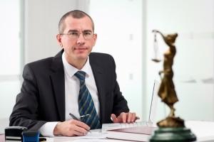Einspruch gegen einen Bußgeldbescheid aus Frankreich: Ein Anwalt kann helfen.