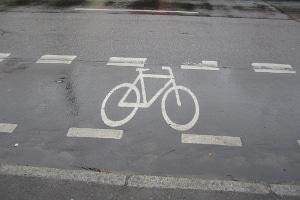 Straßenverkehrsordnung: Mit dem Fahrrad dürfen Sie auf dem Schutzstreifen fahren.