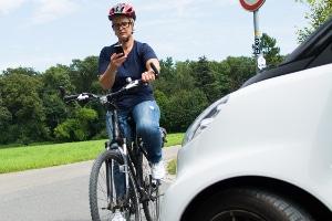 Bei Nutzung des Mobiltelefons auf dem Fahrrad wird laut Bußgeldkatalog ein Bußgeld von 55 Euro fällig.
