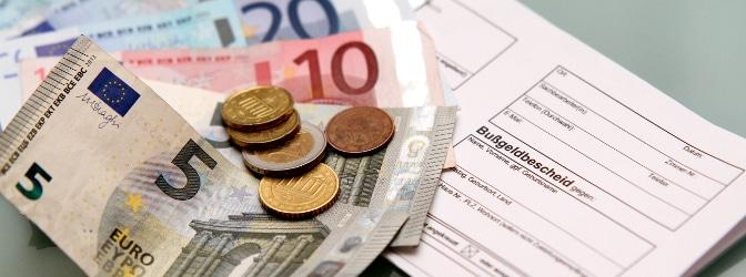 Eine Bußgeldstelle prüft mitunter die Geldeingänge, die durch Bußgeldbescheide entstehen.