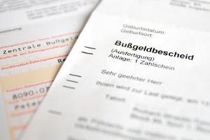 Bei einem Bußgeldverfahren wegen einer Geschwindigkeitsüberschreitung verschickt die zuständige Behörde einen Bußgeldbescheid.