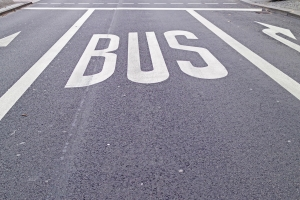 So ist die Busspur gekennzeichnet.
