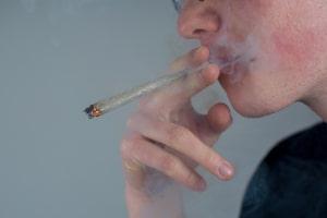 Das VG Düsseldorf entschied: Der Konsum von Cannabis beim Autofahren kann ausnahmsweise erlaubt sein.