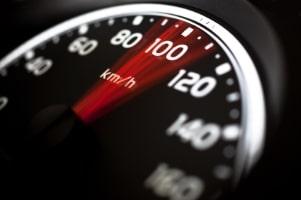 Das Messgerät CG-P50E stellt auch die Geschwindigkeit eines Autos fest.