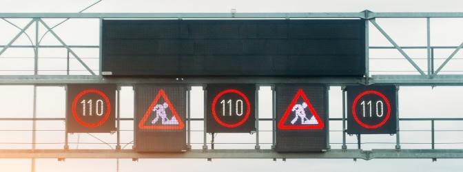 Digitale Wechselverkehrszeichen können sofort an die aktuelle Verkehrslage angepasst werden.