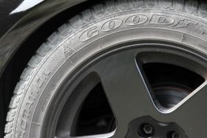 DOT-Nummer: Das Reifenalter können Sie auf der Reifenflanke ablesen.