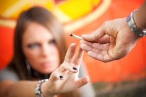 Drogentest durch Haaranalyse: Auch wenn Sie dem Rauch von Cannabis ausgesetzt sind, kann dies die Ergebnisse verfälschen.