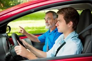 Durchschnittliche Fahrschulausbildung: 30 Fahrstunden können beim B-Führerschein schon zusammenkommen.