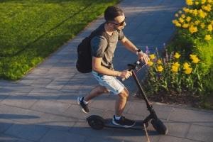 Auf dem Gehweg sind E-Scooter tabu. Die Bilanz nach einem Monat zeigt jedoch, dass sich viele nicht an die Regeln halten.