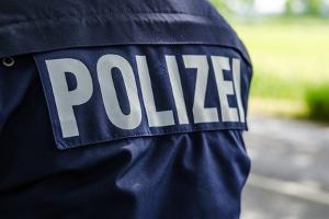 Ein Police-Pilot wird von Beamten bedient.