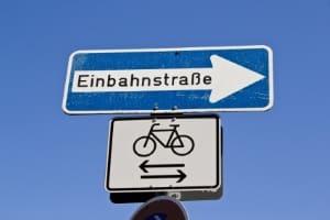 An einer Einbahnstraße kann rechts vor links gelten, wenn ein Fahrradfahrer kommt.